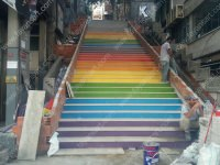 Beyoğlu salı pazarı yokuşunda uygulaması gerçekleştirilen dış mekan merdiven fayansları Fayans Art tarafından geliştirilen özel anti-graffiti sayesind,e sokaklarda grafiti ile boyanan fayansları görsele hiçbir zarar gelmeden tiner ile temizleyebilirsiniz.